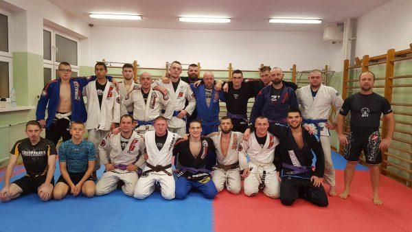 Treningi Jiu Jitsu dla zaawansowanych fanów brazylijskich sztuk walki. Nasza kadra to zespół specjalistów, którzy regularnie jeżdżą na warsztaty i mistrzostwa Jiu Jitsu