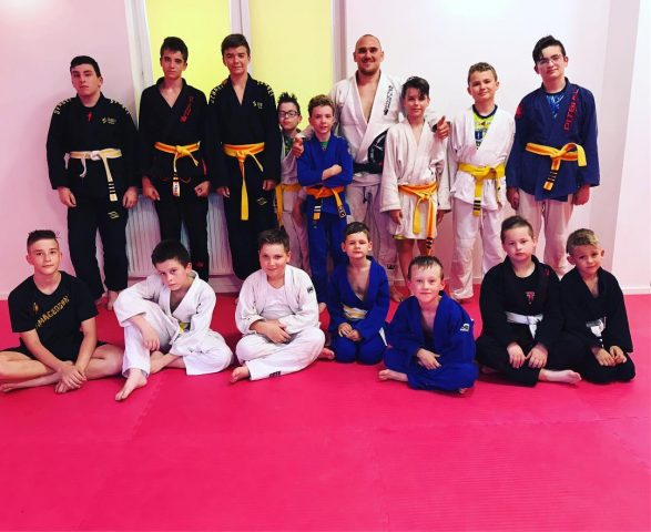 Treningi brazylijskiego Jiu Jitsu dla dzieci i młodzieży od zawsze cieszyły się popularnością w naszym klubie. To wszystkie dzięki odpowiedniemu podejściu trenerów do początkujących zawodników.